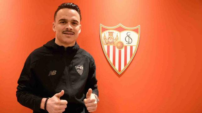 Roque mesa posa como jugador del Sevilla FC (SFC)