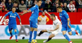 Sarabia cae al suelo durante el Sevilla FC-Getafe