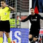 Sergio Rico protesta al árbitro tras la acción que supuso el gol del Getafe
