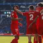 Varios jugadores del Sevilla celebran uno de los goles marcados ante el Espanyol (Foto: AFP Photo)