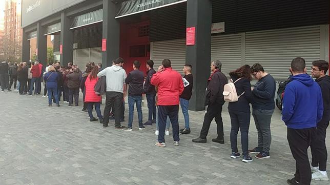 Colas de sevillistas para adquirir las entradas del Sevilla-Atlético de la Copa del Rey