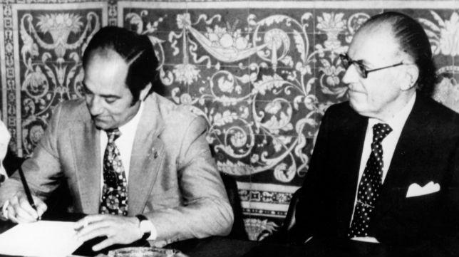 Carriega firma su contrato con el Sevilla en presencia del presidente Eugenio Montes Cabeza (Foto: ABC)