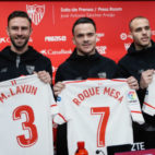 Castro, Layún, Roque Mesa, Sandro y Arias posan con las camisetas del Sevilla (EFE)