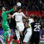 David de Gea despeja un balón en el Sevilla-Manchester United disputado en Nervión (Foto: Reuters)