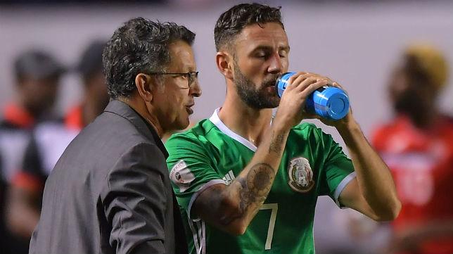 Juan Carlos Osorio, junto a Miguel Layún, en un partido con México (Mexsport)