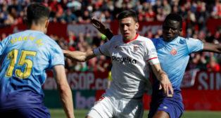 Lenglet, en una acción entre dos jugadores del Girona (Foto: EFE)