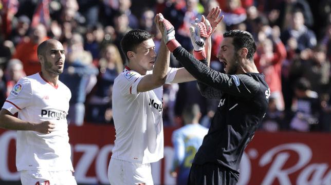 Lenglet felicita a Sergio Rico en el Sevilla-Girona (Juan Manuel Serrano)