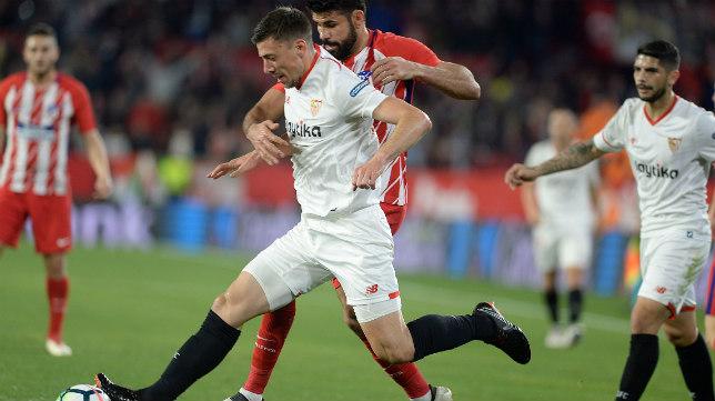 Lenglet lucha con Diego Costa durante el Sevilla-Atlético