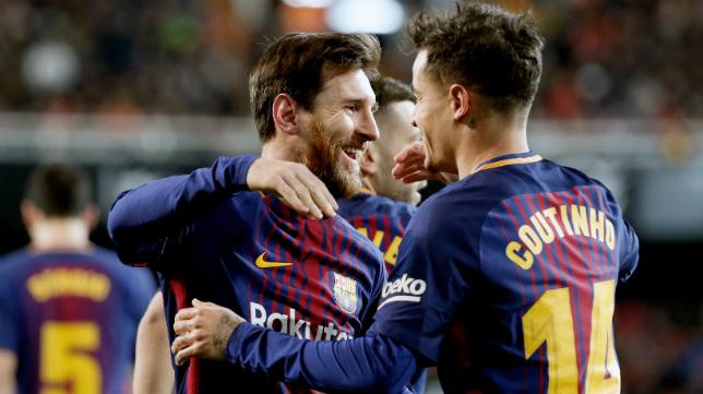 Messi y Coutinho celebran el primer gol del Barça, del brasileño, en Mestalla