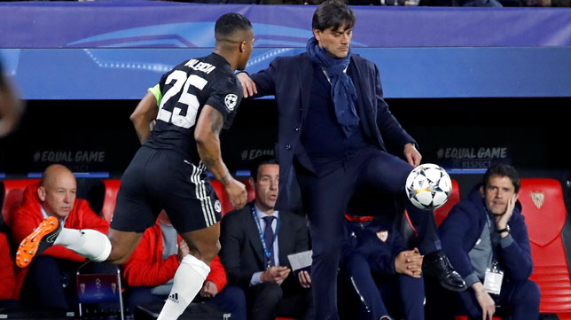 Montella controla la pelota ante Valencia (Foto: EFE).