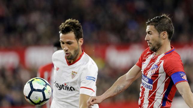 Vázquez intenta controlar un balón ante Gabi durante el Sevilla-Atlético de Madrid de LaLiga (Foto: J. M. Serrano/ABC)