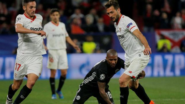 Franco Vázquez y Sarabia disputan un balón con el jugador del United Young (Foto: Reuters)