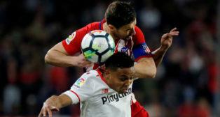Muriel y Gabi pugnan durante el Sevilla FC-Atlético