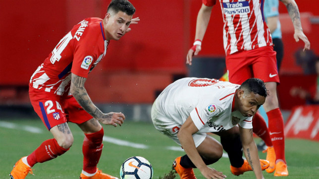 Muriel y Giménez pugnan durante el Sevilla-Atlético