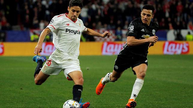 Jesús Navas arranca ante Alexis (Foto: Reuters).