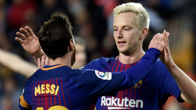 Rakitic celebra junto a Messi el segundo gol del Barcelona en Mestalla, obra del croata (Foto: AFP)