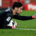 Sergio Rico hace una indicación desde el suelo (Foto: AFP).