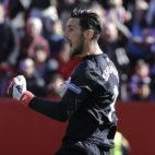 Sergio Rico celebra la parada en el penalti durante el Sevilla-Girona (Foto: J. M. Serrano/ABC)