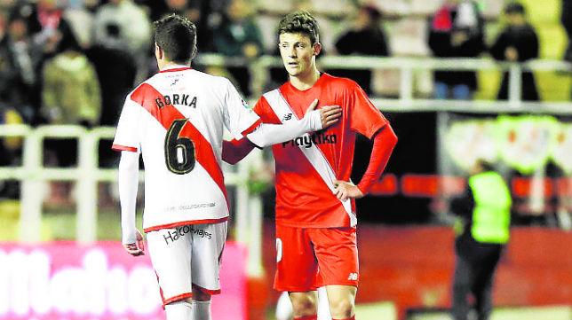Marc Gual saluda a Elustondo tras la derrota en Vallecas (Foto: LaLiga)