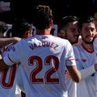Grupo de jugadores del Sevilla FC celebrando el tanto de Sarabia al Girona (Foto: EFE)