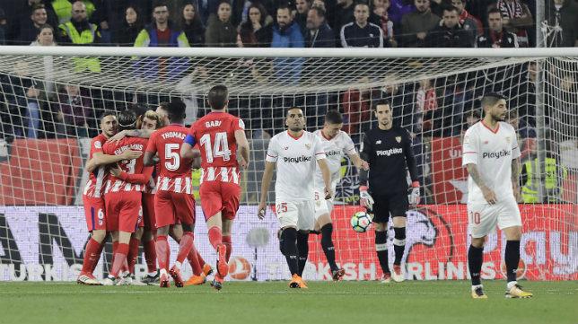 Los jugadores del Atlético celebran uno de los goles ante el Sevilla FC