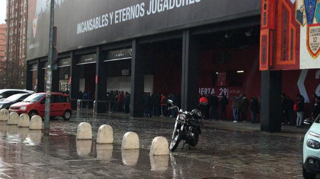 Colas para sacar las entradas para el Manchester-Sevilla FC