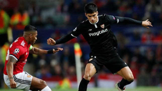 Correa trata de regatear al defensa del Manchester United Valencia (Foto: Reuters)