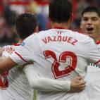 Escudero, Sarabia y Correa celebran con Vázquez el gol del Sevilla FC ante el Athletic (Foto: EFE).