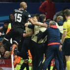 Los futbolistas del Sevilla celebran el segundo gol en Old Trafford (Foto: AFP)