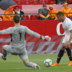 Muriel define el 1-0 ante Kepa (Foto: Raúl Doblado).
