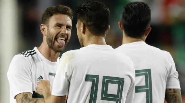 Layun celebra un gol con Méjico