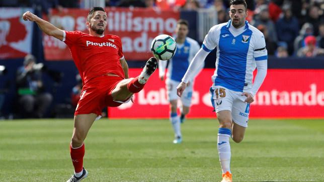 Sarabia intenta controlar el balón durante el Leganés-Sevilla