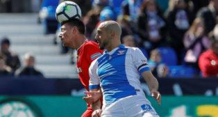 Lenglet y Amrabat pugnan por el balón durante el Leganés-Sevilla