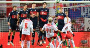 Kampl lanza una falta en el Leipzig-Bayern