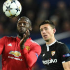 Lenglet marca al delantero del Manchester United Lukaku (Foto: Reuters)