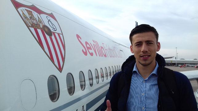 Lenglet posa en el avión del Sevilla (R. R.)