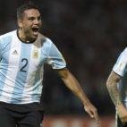 Mercado y Banega dos de los internacionales del Sevilla FC, celebran un tanto con Argentina (UNO)