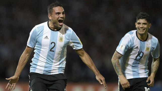 Mercado y Banega dos de los internacionales del Sevilla FC, celebran un tanto con Argentina