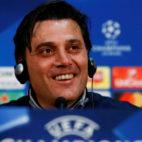 Vincenzo Montella sonríe durante su rueda de prensa previa al Manchester United-Sevilla FC de vuelta de la Champions League (Foto: Reuters)