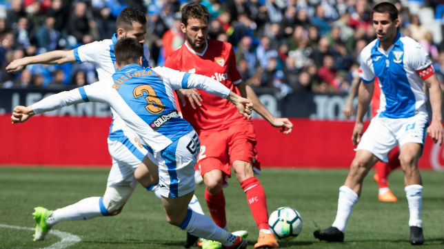 Mudo Vázquez trata de filtrar un pase rodeado de jugadores del Leganés (Foto: EFE)