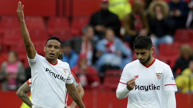 Muriel celebra su gol en el Sevilla-Athletic junto a Banega