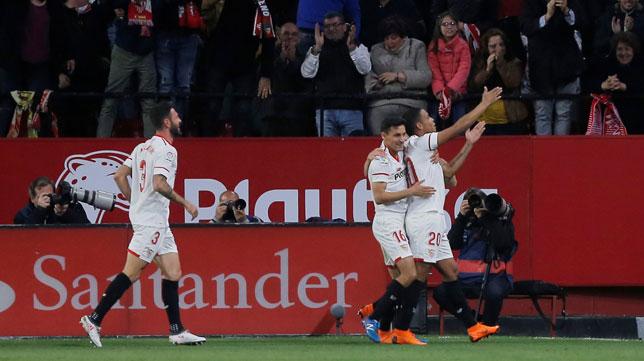 Muriel, abrazado por Jesús Navas, celebra el 2-0 ante el Barcelona (Foto: Reuters).