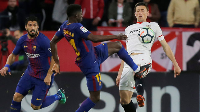 Lenglet se lleva el balón ante Dembelé (Foto: Reuters).
