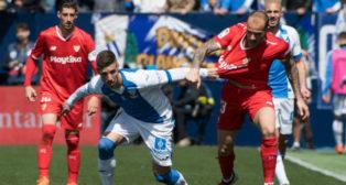 Sandro trata de avanzar ante Rubén Pérez (Foto: AFP)