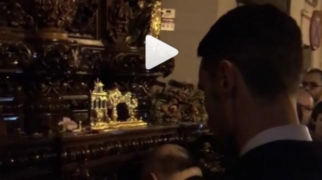 Sergio Rico, viviendo la Semana Santa de Sevilla, ante el paso de Nuestro Padre Jesús de la Redención en el Beso de Judas