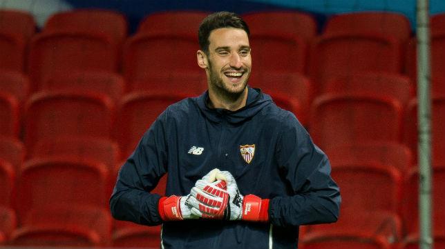 Sergio Rico sonríe en un momento del entrenamiento del Sevilla en Old Trafford (Foto: EFE)
