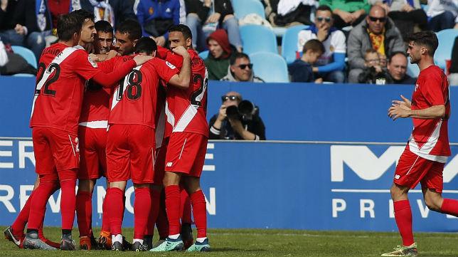 Los jugadores del Sevilla Atlético celebran el gol anotado ante el Zaragoza (Foto @LaLiga)