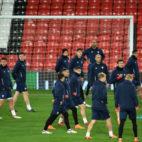 Imagen de los primeros minutos del entrenamiento del Sevilla FC sobre el césped de Old Trafford (Foto: AFP Photo)