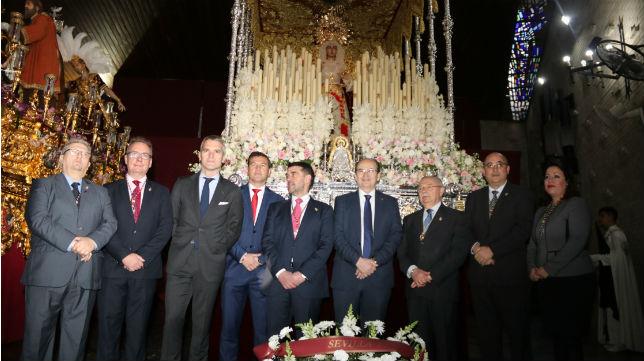 Representación del Sevilla FC junto a los titulares de la Hermandad de San Pablo (SFC)