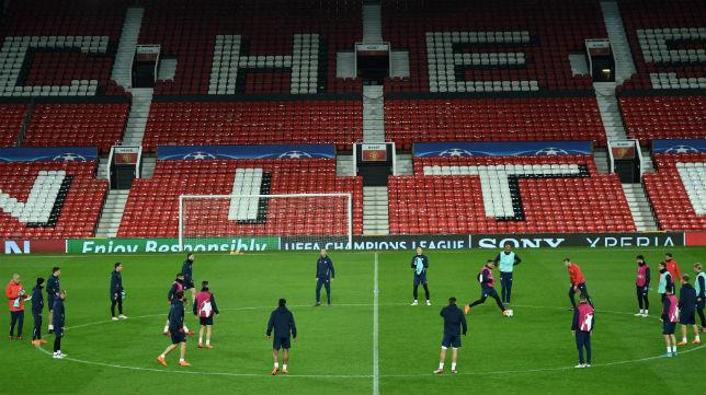 Los jugadores del Sevilla entrenaron en la noche del lunes en Old Trafford (Foto: AFP Photo)